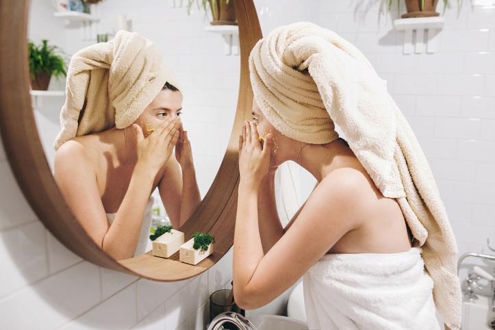 Confira como e por que esfoliar a pele da forma correta